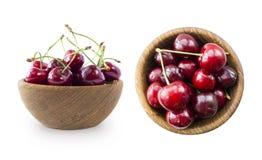 Fruits de cerise avec la cuvette sur un blanc Ensemble de cerises Deux cuvettes avec les cerises rouges sur le blanc ont isolé le Photo stock