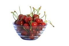 Fruits de cerise dans le vase bleu Photographie stock libre de droits
