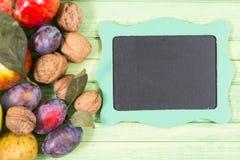 Fruits de chute et petit tableau noir vide avec le copyspace images libres de droits
