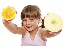 Fruits de fixation de petite fille Images stock