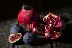 Fruits de grenade et de figue images stock