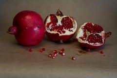 Fruits de grenade sur le fond bronzage Images stock
