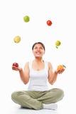 Fruits de jonglerie de femme asiatique Photographie stock libre de droits