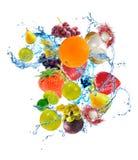 fruits de lavage avec de l'eau bleu image stock