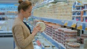 Fruits de mer de achat de femme au supermarché banque de vidéos