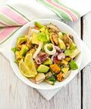 Fruits de mer et avocat de salade sur le conseil blanc Photographie stock