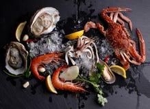 Fruits de mer frais, huître de crevette de crabe sur le fond en pierre Image libre de droits