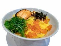 Fruits de mer frais de sashimi, sashimi des saumons crus frais et oeufs de poisson sur le riz Culture, tradition images stock