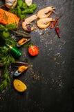 Fruits de mer mélangés étant préparés dans une cuisine photographie stock libre de droits