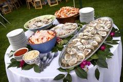 Fruits de mer répandus sur une table à l'extérieur images libres de droits