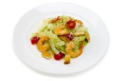 Fruits de mer Salade avec des crevettes dans un plat sur un fond blanc Photographie stock libre de droits