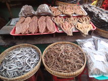 Fruits de mer secs au marché dans le delta du Mékong Images libres de droits