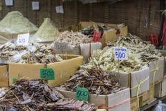 Fruits de mer secs en vente sur un marché en plein air thaïlandais Photo libre de droits