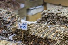 Fruits de mer secs en vente sur un marché en plein air thaïlandais Photos stock