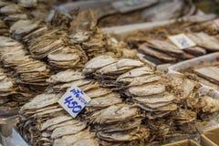 Fruits de mer secs en vente sur un marché en plein air thaïlandais Image libre de droits