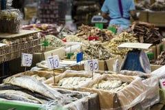 Fruits de mer secs en vente sur un marché en plein air thaïlandais Photos libres de droits
