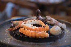 Fruits de mer sur cuire à la vapeur et griller le pot de cuiseur Image libre de droits