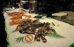 Fruits de mer sur l'affichage au marché   Images libres de droits