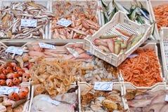 Fruits de mer sur une poissonnerie Image libre de droits