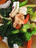 Fruits de mer végétaux de nouille mis le feu Image stock