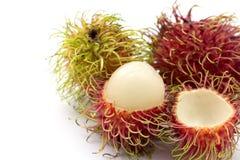 Fruits de ramboutan sur le fond blanc image stock