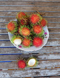 Fruits de ramboutan sur le plat Image stock