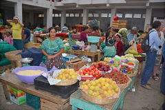 Fruits de vente de femme Photo libre de droits