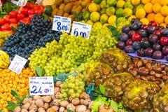 Fruits et écrous à un marché Photographie stock