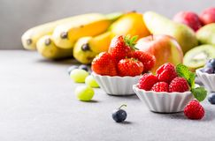 Fruits et baies assortis frais Photo stock
