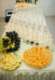fruits et bonbons servis sur la table blanche Images libres de droits