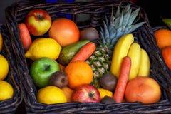 Fruits et carottes photographie stock