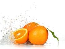 Fruits et eau oranges d'éclaboussement images libres de droits