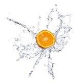 Fruits et eau oranges d'éclaboussement photos libres de droits