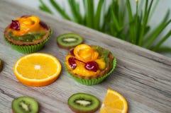 Fruits et gâteaux sur le fond clair photographie stock