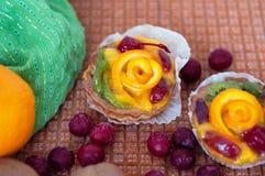 Fruits et gâteaux sur le fond clair photographie stock libre de droits