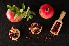 Fruits et garant mûrs de grenade avec l'intérieur de graines vu d'a photographie stock libre de droits