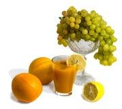 Fruits et jus d'isolement sur le blanc Photographie stock