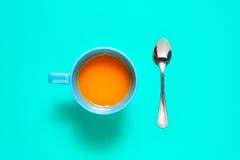 Fruits et jus oranges frais sur la table bleue de fond Images libres de droits