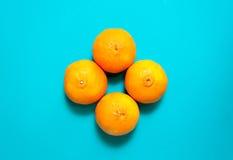 Fruits et jus oranges frais sur la table bleue de fond Photos stock