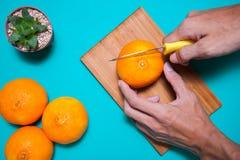 Fruits et jus oranges frais sur la table bleue de fond Photo libre de droits