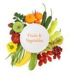 Fruits et légumes autour de elle photographie stock libre de droits