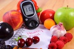 Fruits et légumes avec le glucometer et le carnet pour des notes, nourriture saine, diabète Image libre de droits