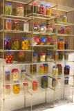 Fruits et légumes conserve de fruits, boîtes avec des céréales sur l'étagère photos stock