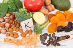 Fruits et légumes contenant la vitamine K, les minerais et la fibre alimentaire, concept sain de nutrition Photographie stock