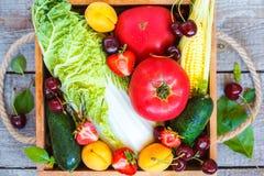 Fruits et légumes d'été dans une boîte en bois Image libre de droits