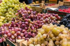 Fruits et légumes dans des boîtes à vendre sur le marché italien image stock