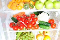 Fruits et légumes dans le réfrigérateur Image libre de droits