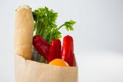Fruits et légumes dans le sac d'épicerie brun photos stock