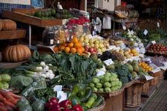 Fruits et légumes de stalle du marché Photo libre de droits
