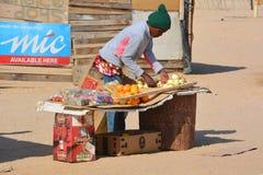 Fruits et légumes de vente d'homme dans le taudis de Mondesa Images stock